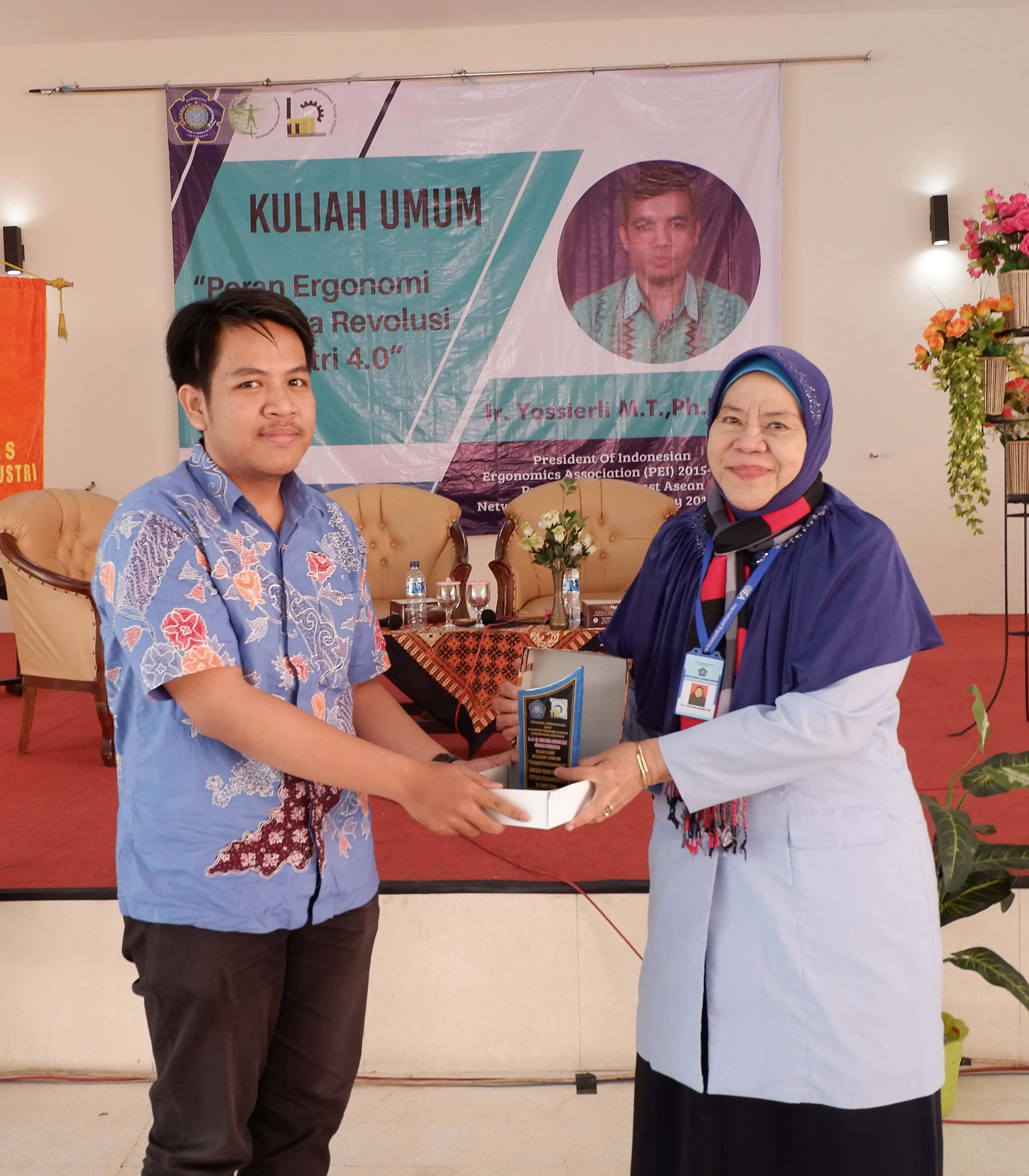 Penyerahan Plakat kepada Moderator Ibu Dr. Ir. Hj. Titin Isna Oesman MM oleh Ketua Panitia Kuliah Umum Tahun 2018 (26/03/2018)