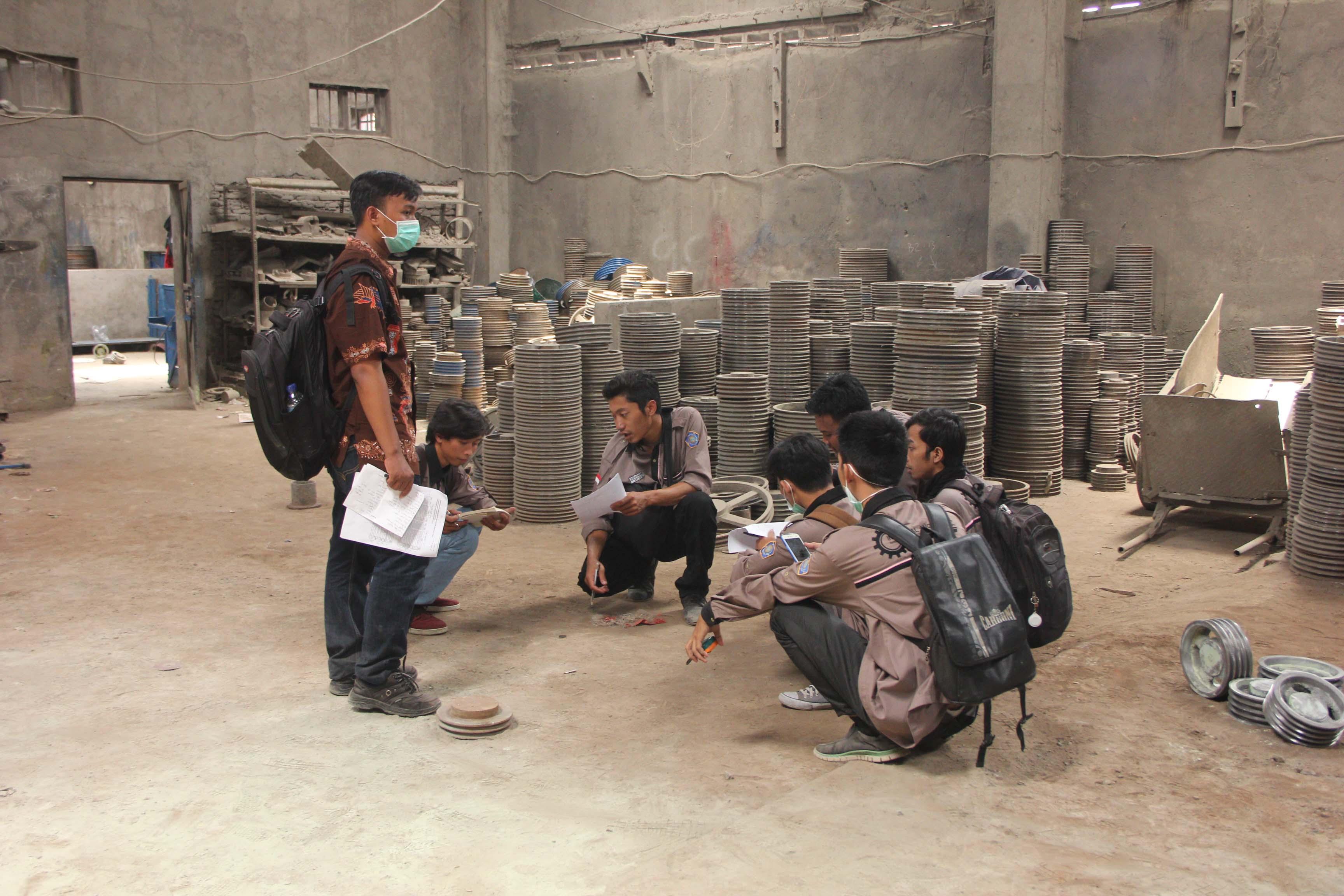 Pengukuran tata letak pabrik setiap departemen di CV Bonjor Jaya Klaten didampingi oleh Asisten Pembimbing Praktikum