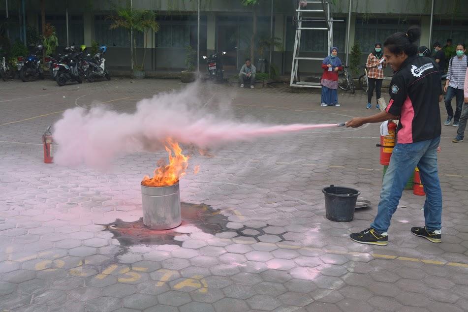 Pelatihan Penggunaan APAR di Halaman Kampus Balapan IST AKPRIND Yogyakarta (7/4/2018)