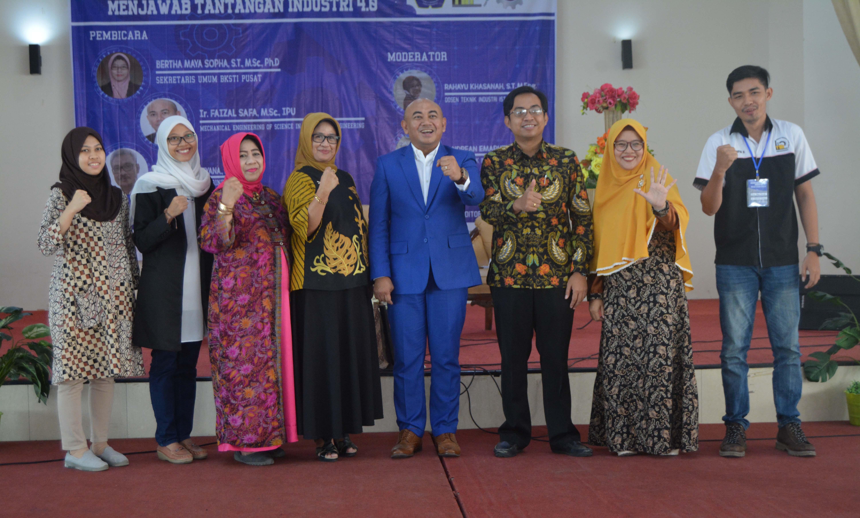Foto bersama dosen dan Ir. Faizal Safa M.Sc.,IPM