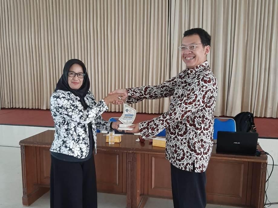 """Kuliah Umum """"Implementasi Industri 4.0 di Sektor Manufaktur"""" oleh Bambang Riznanto,ST.,MT"""